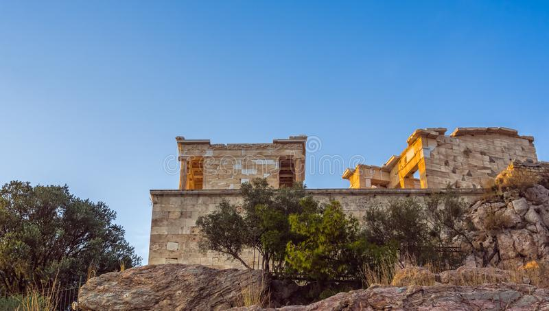 Vue de dessous et de côté de temple passage d'Athena Nike et de Propylaea d'entrée sur l'Acropole, Athènes, Grèce contre le ciel  photos libres de droits