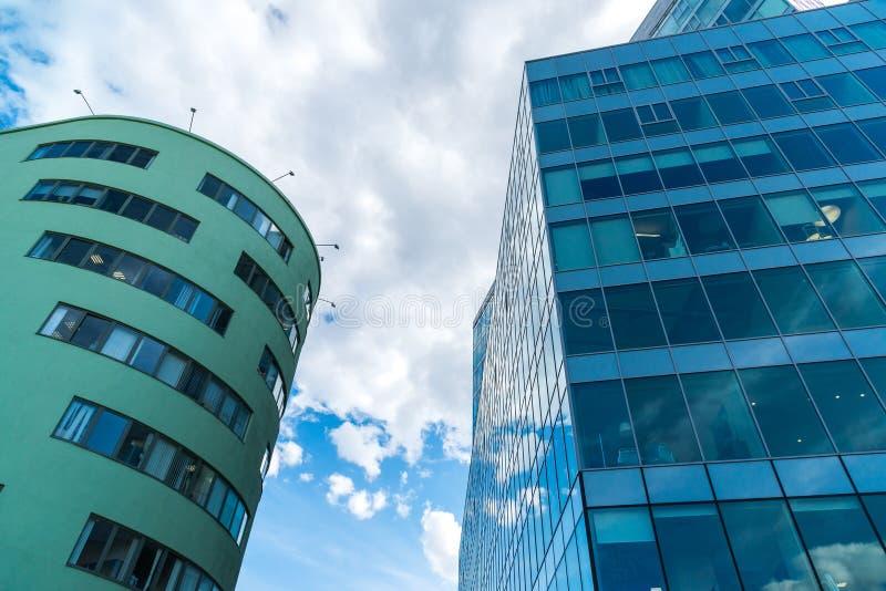 Vue de dessous sur deux immeubles de bureaux photographie stock libre de droits