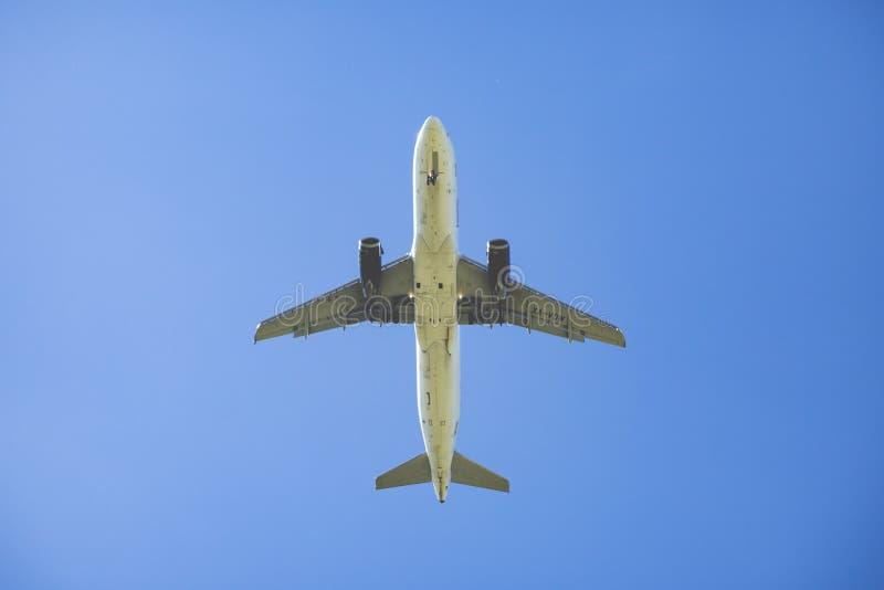 Vue de dessous un avion photographie stock libre de droits