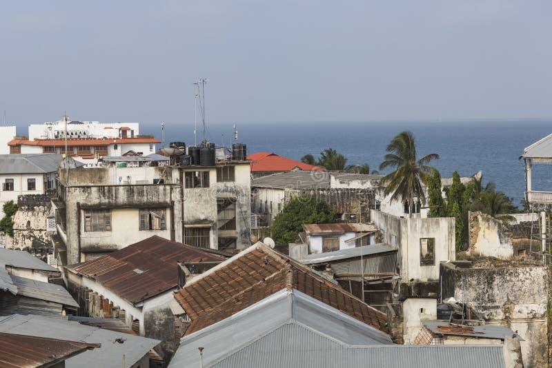 Vue de dessus de toit au-dessus de la ville africaine de l'apparence de Zanzibar de stonetown photographie stock libre de droits