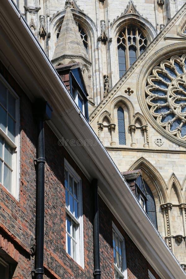 Vue de dessus de toit de la ville de York en Angleterre du nord avec l'église photos libres de droits