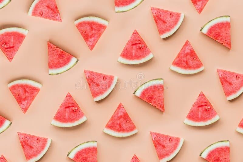 Vue de dessus plat créative des tranches fraîches de pastèque sur fond de table orange avec espace de copie Fruits d'été minimes images stock