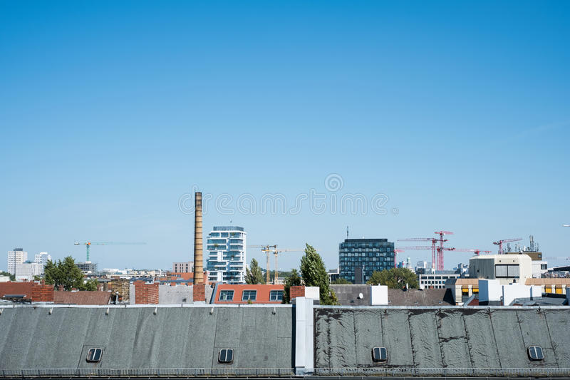 Vue de dessus de toit au-dessus de ville de Berlin, horizon de toit avec le ciel bleu images libres de droits