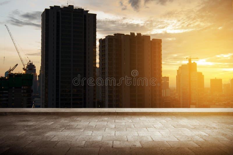 Vue de dessus de toit avec les gratte-ciel construisant et la ville moderne images stock