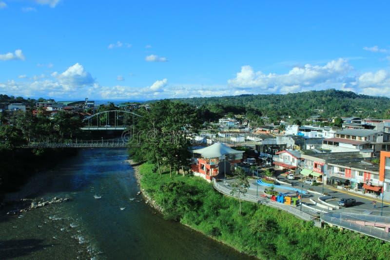 Vue de deux ponts et du napo de rivière que tranches par Tena, Equateur image libre de droits