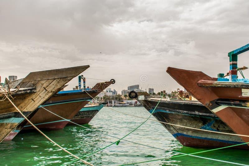 Vue de Dubai Creek de croisière de dhaw photo stock
