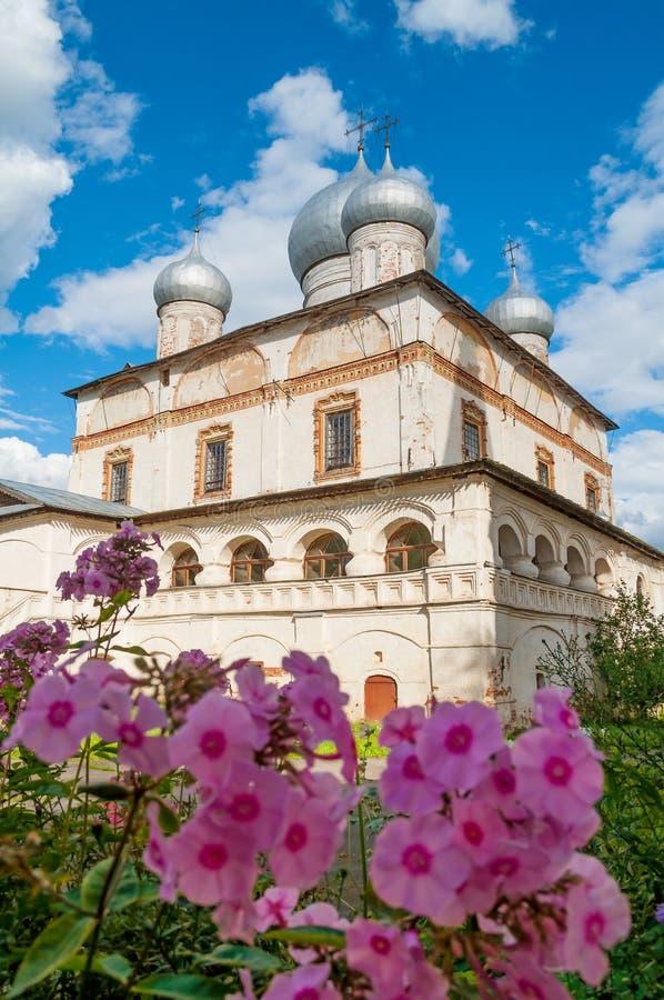 Vue de façade d'architecture du vieux point de repère orthodoxe - cathédrale de notre Madame du connexion Veliky Novgorod, Russie photographie stock libre de droits