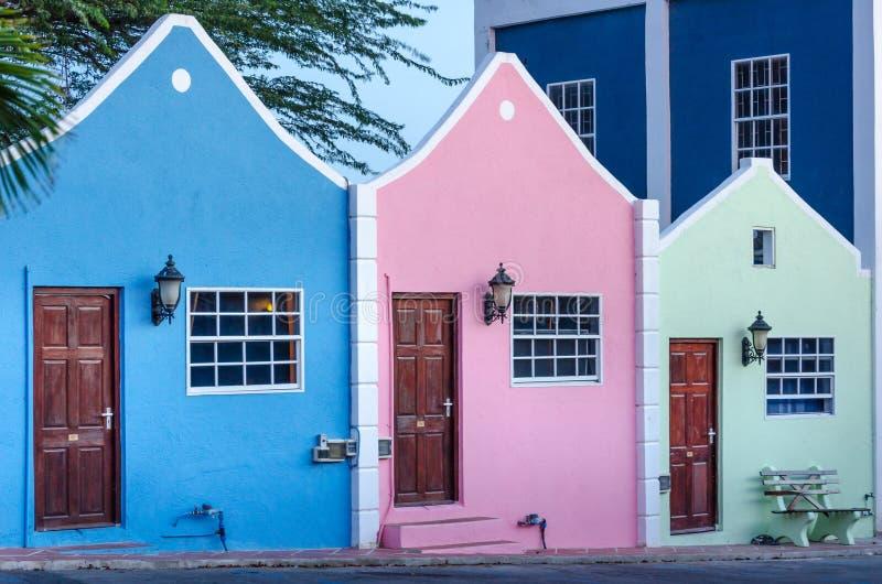Vue de façade d'hôtel en le Curaçao avec son architecture unique images stock