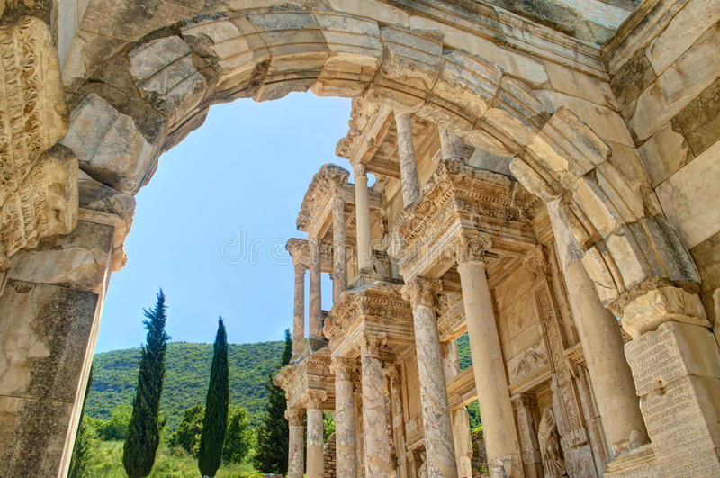 Vue de façade de bibliothèque de celsus dans Ephesus par la voûte photo stock