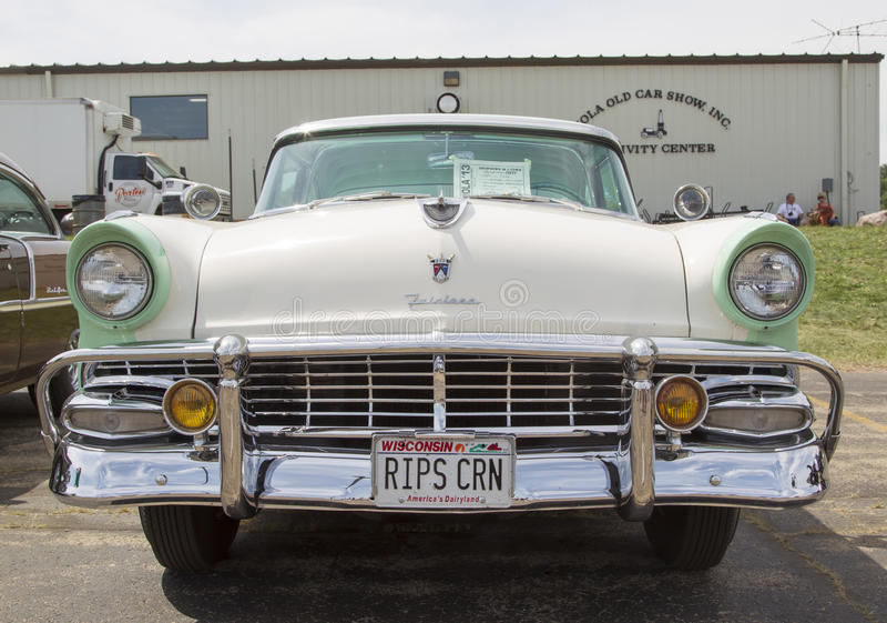 Vue de face 1956 blanche de Ford Fairlane Crown Victoria Green photographie stock libre de droits