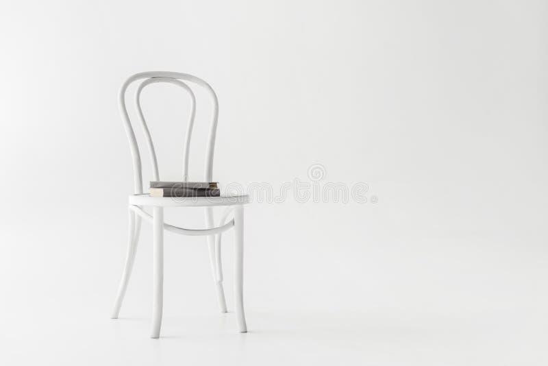 vue de face de chaise avec deux livres image libre de droits
