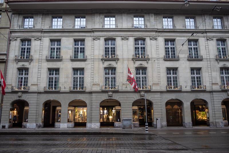 Vue de face de charmer le bâtiment médiéval dans la vieille ville d'héritage de Berne, Suisse images libres de droits