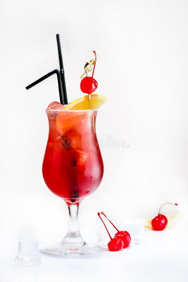 Vue de face de cocktail rouge tropical frais froid dans un verre de tulipe image stock