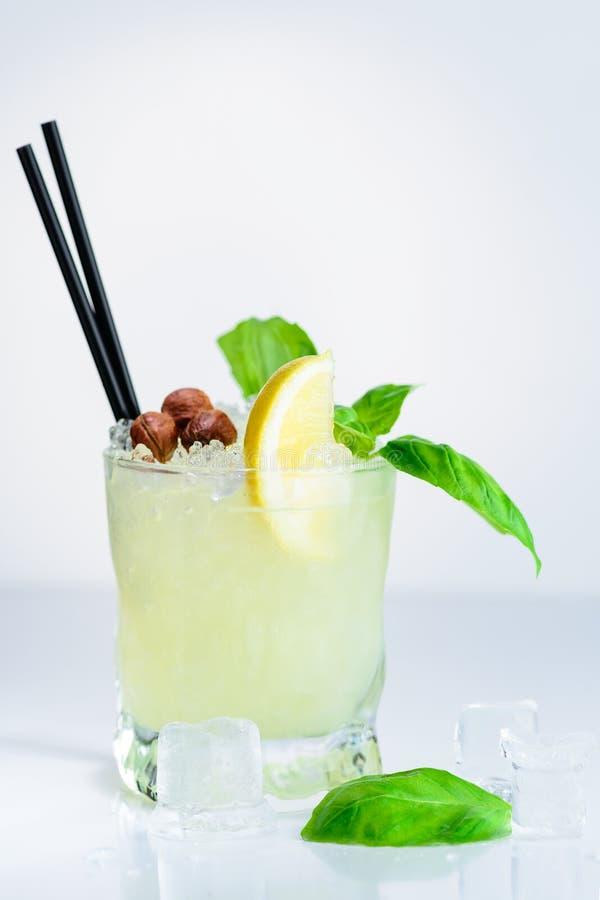 Vue de face de cocktail tropical frais froid dans le deco en verre de whiskey images libres de droits