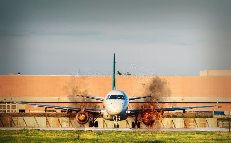 Vue de face d'avion avec les moteurs jumeaux sur le feu sur le macadam image stock