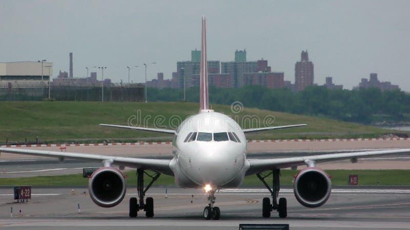 Vue de face d'avion d'avion à réaction photographie stock