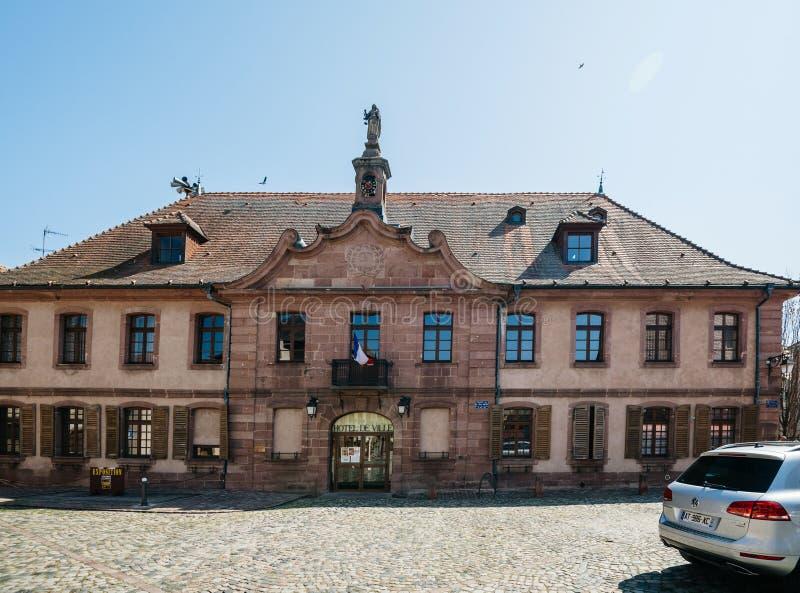 Vue de face d'hôtel de ville d'Hotel de Ville dans le village français carré central photos stock