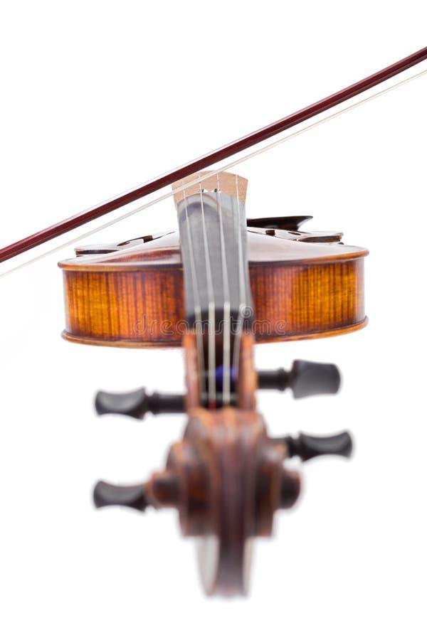 Vue de face d'un violon avec l'arc sur des ficelles photographie stock libre de droits