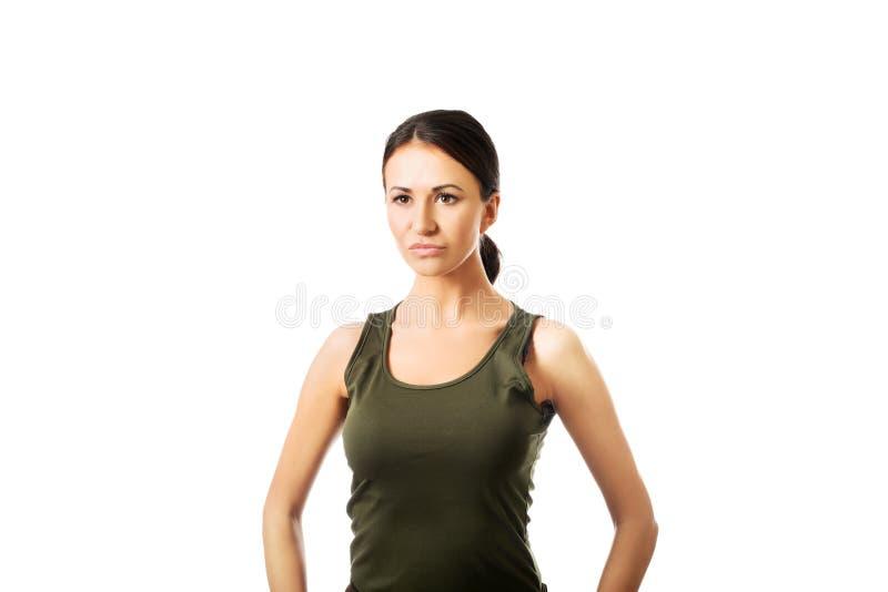Vue de face d'une femme militaire se tenant forte photos stock