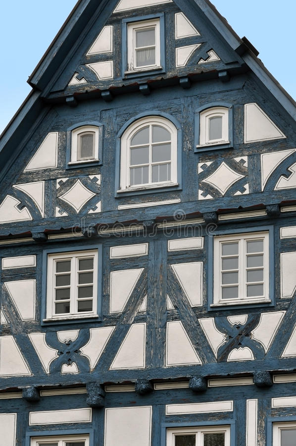 Vue de face d'une maison à colombage typique avec le cadre bleu-foncé photos libres de droits