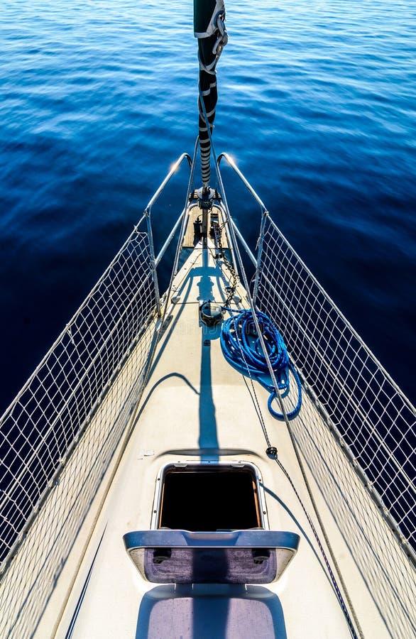 Vue de face de bateau à voile sur la mer images libres de droits