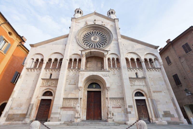 Vue de face de cathédrale de Modène, Italie images stock