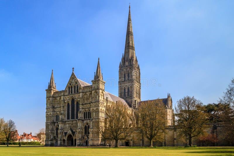 Vue de face de cathédrale de Salisbury et parc le jour ensoleillé, Angleterre du sud photographie stock