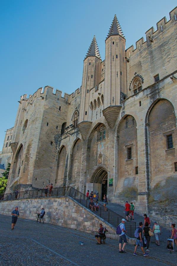 Vue de face de façade à la nuance du palais des papes à la ville d'Avignon photos stock