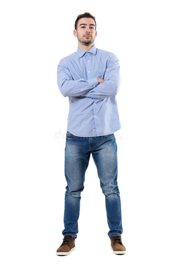 Vue de face de jeune CEO d'entreprise sûr avec les bras croisés regardant l'appareil-photo photos libres de droits