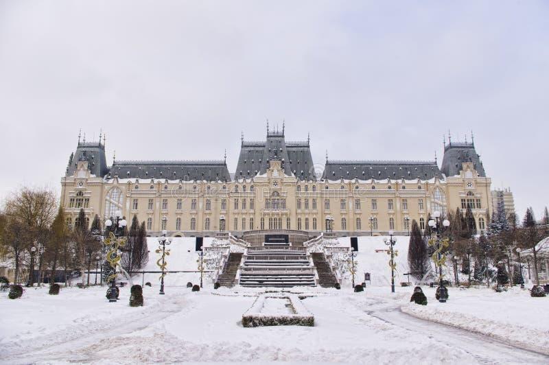 Vue de face de palais de culture dans la ville d'Iasi image stock