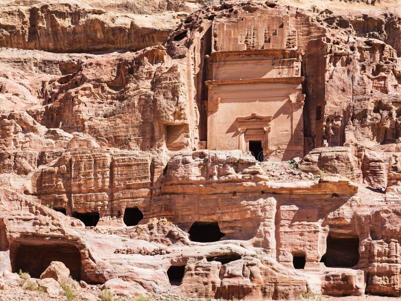 Vue de face de tombe d'Uneishu dans la ville antique de PETRA image stock