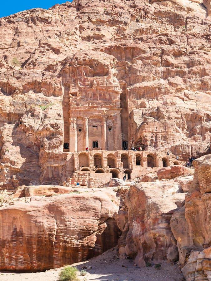 Vue de face de tombe royale d'urne dans la ville antique de PETRA image libre de droits