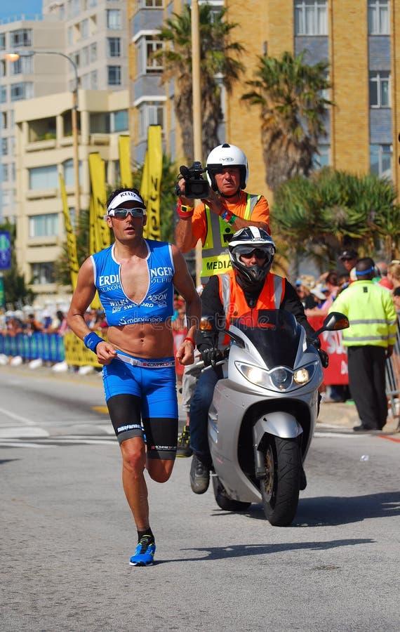 Fonctionnement professionnel de triathlete d'Ironman photo stock