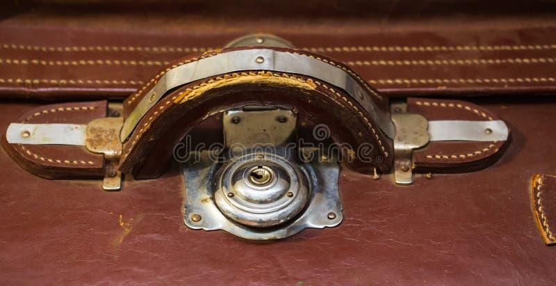 Vue de face de valise en cuir usée de vintage photo libre de droits