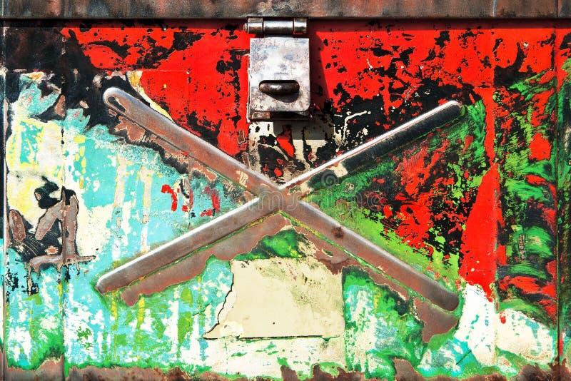 Vue de face de vieille caisse en métal photos libres de droits