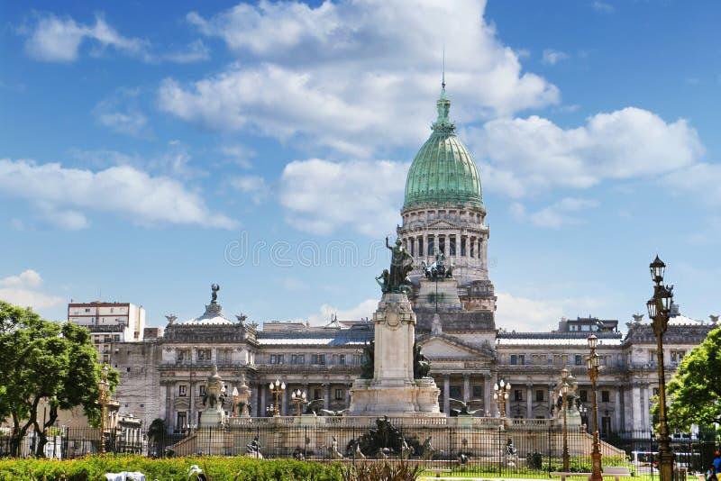 Vue de face du bâtiment du congrès national à Buenos Aires, Argentine, entourée par les arbres verts, contre un bleu photographie stock libre de droits