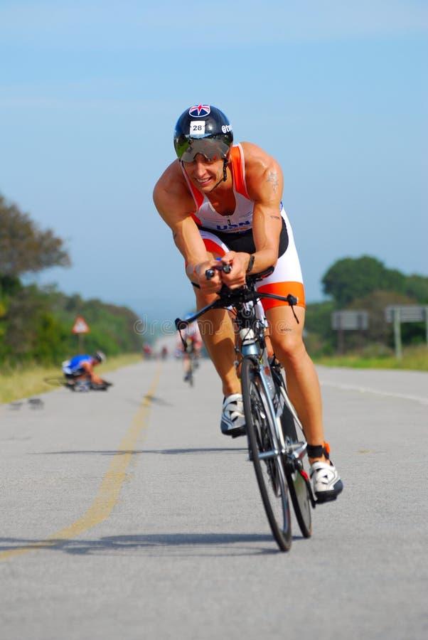 Recyclage professionnel de triathlete d'Ironman image stock