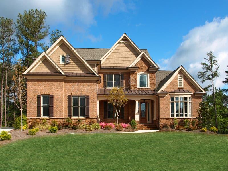 Vue de face ext rieure de luxe de maison mod le image stock image du nuages voisinage 9646203 for Modele de maison de luxe