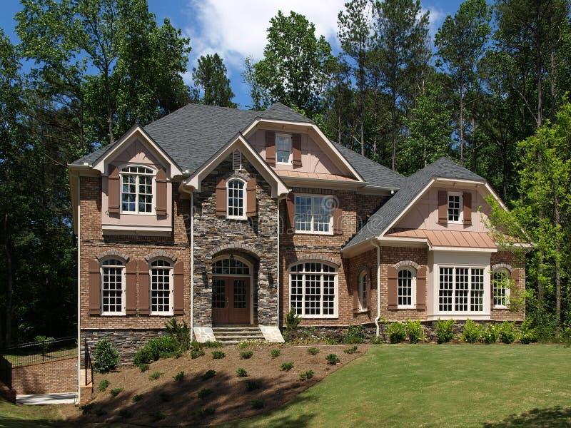 Vue de face ext rieure de maison de luxe mod le image stock image du hypoth que luxe 9744559 for Modele de maison de luxe