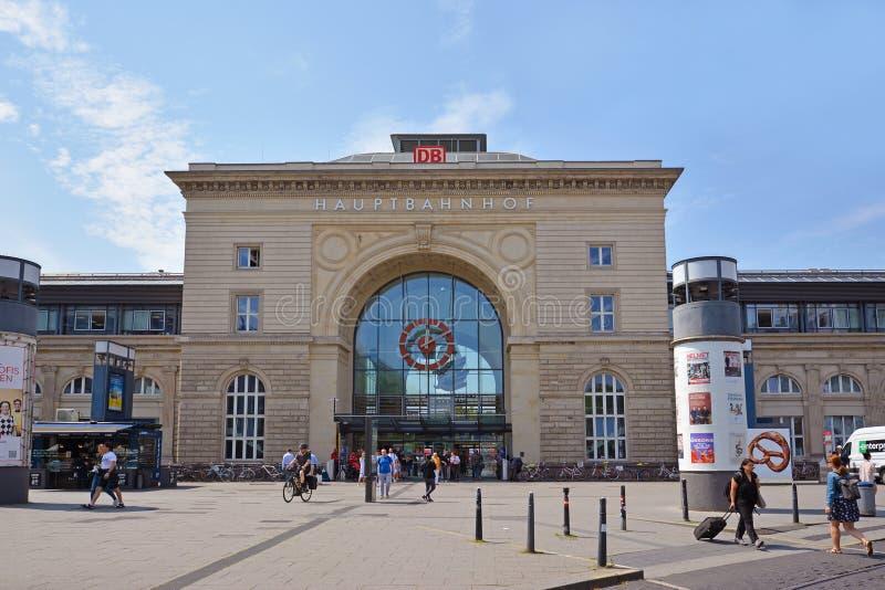 Vue de face de façade de gare ferroviaire centrale de Mannheim dans le vieux bâtiment historique avec des voyageurs passant par l photos stock