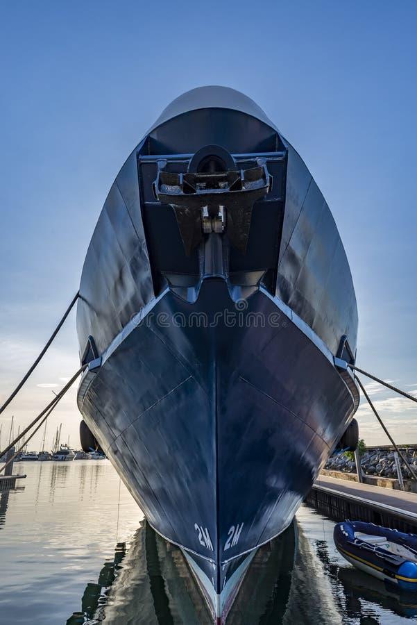 Vue de face de grand bateau dans le coucher du soleil Le ver observe la vue photo libre de droits