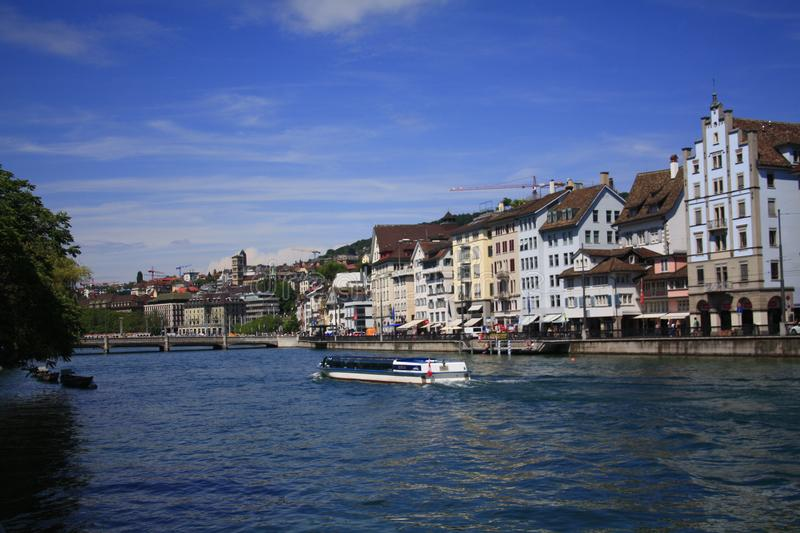 Vue de face de l'eau de ville de Zurich avec des bateaux de natation images stock