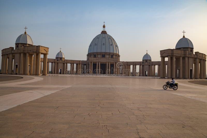 Vue de face de la basilique de notre Madame de paix avec un cavalier de bke croisant l'avant-cour photo stock