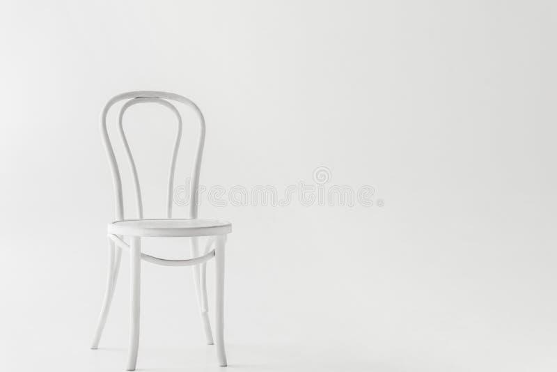 vue de face de la chaise blanche photos libres de droits
