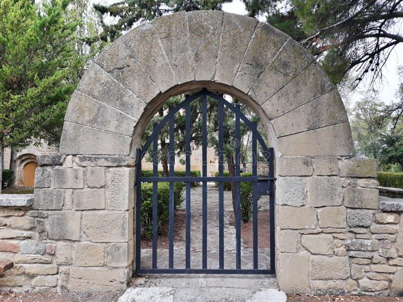 Vue de face de la porte en pierre avec l'extérieur arqué Trappe ferm?e images stock