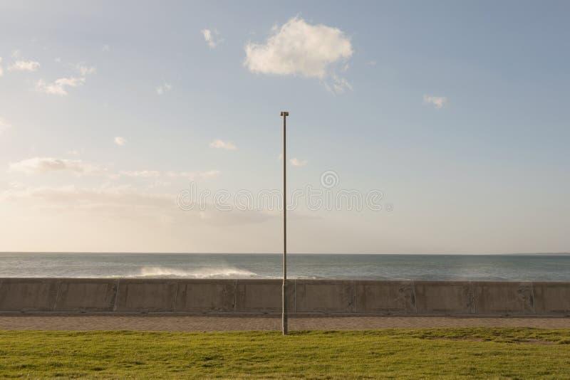 Vue de face de lampadaire sur la ligne de c?te contre le ciel bleu photos stock