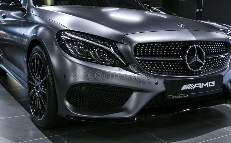 Vue de face de Mercedes Benz C 43 AMG V8 Bi-Turbo 4Matic 2018 phare Détails d'extérieur de voiture photographie stock libre de droits