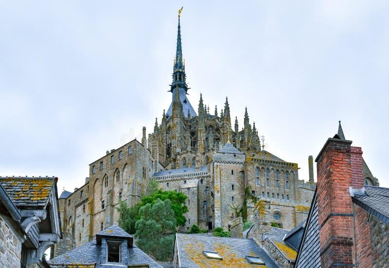 Vue de face de Mont Saint Michel de l'intérieur, dans un ciel nuageux bleu images stock