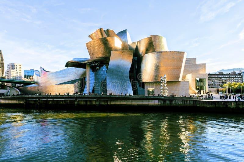 Vue de face de musée de Guggenheim dans la ville de Bilbao l'espagne images libres de droits