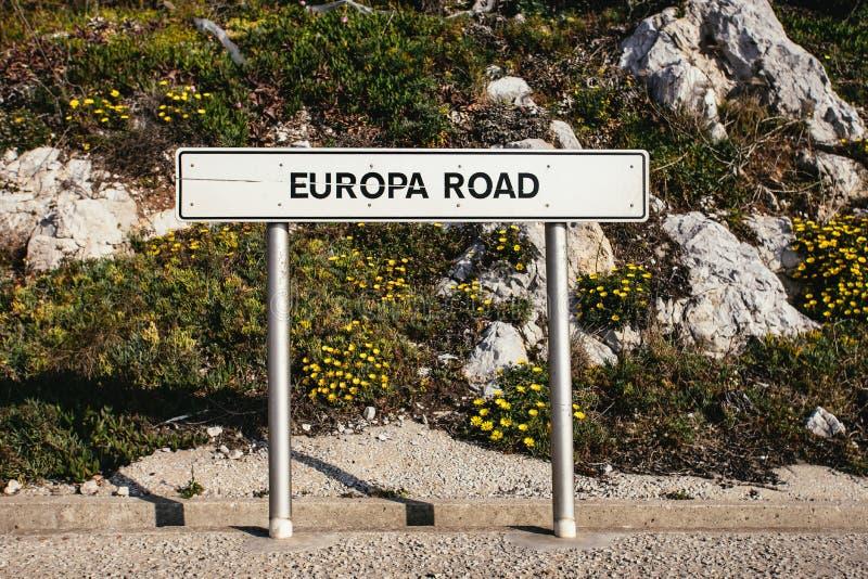 Vue de face de panneau routier d'EUROPA près de route photo stock
